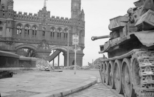 Ein britischer Panzer steht kurz vor dem Einmarsch am 3. Mai vor den Elbbrücken.